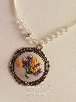 آویز گلدوزی شده